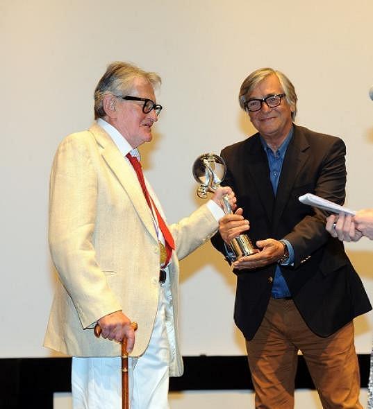 Zde převzal od Jiřího Bartošky cenu za přínos kinematografii.
