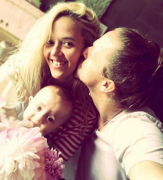 Tomáš Klus s manželkou Tamarou a mladší dcerou Jenovéfou