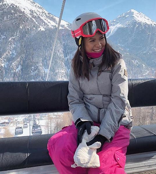 Monika si užívá zimní radovánky v rakouských Alpách.