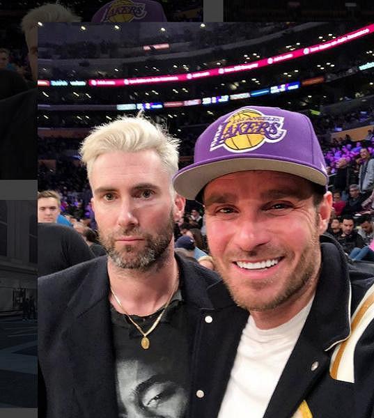 Na basketu se zase vyfotil s Adamem Levinem.