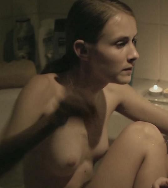 Martina Procházková se v šestnácti letech svlékla ve filmu Gympl. Nahá se ukázala během scény ve vaně.