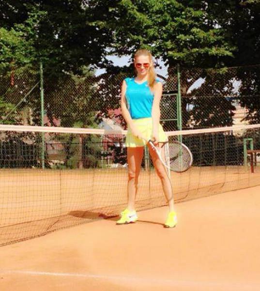 Andrea Verešová hraje tenis.