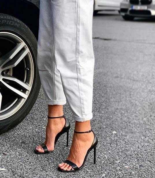 S luxusními prvky klidně sladila kalhotky z konfekce.