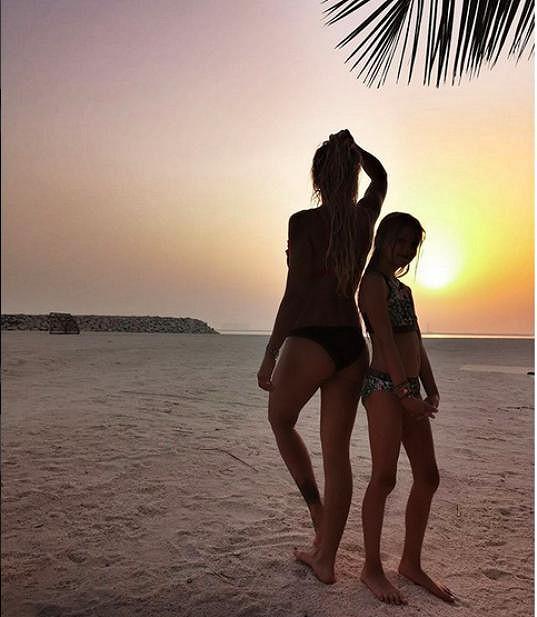 Romantika při západu slunce, ke kterým v Emirátech dochází už okolo sedmé večerní.