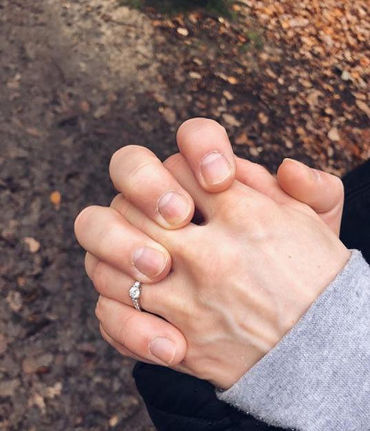 Navlékl jí krásný zásnubní prstýnek.