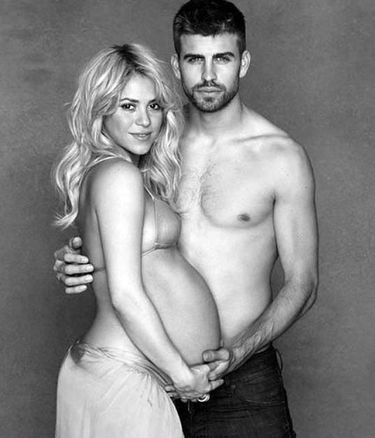 Shakira a Gerard Piqué čekají druhé dítě. Fotografie vznikla v závěru zpěvaččina prvního těhotenství.