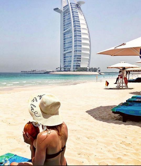 Užívala si v Dubaji.