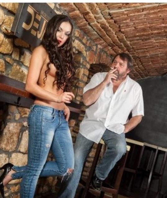 Josef Kokta s pohlednou brunetkou...
