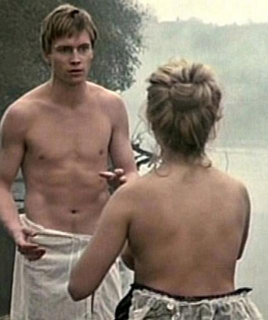 Dana se nahoře bez ukázala ve filmu A Village Romeo and Juliet.