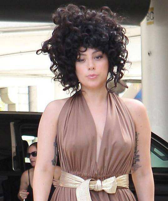 Lady Gaga v lehkých šatech.