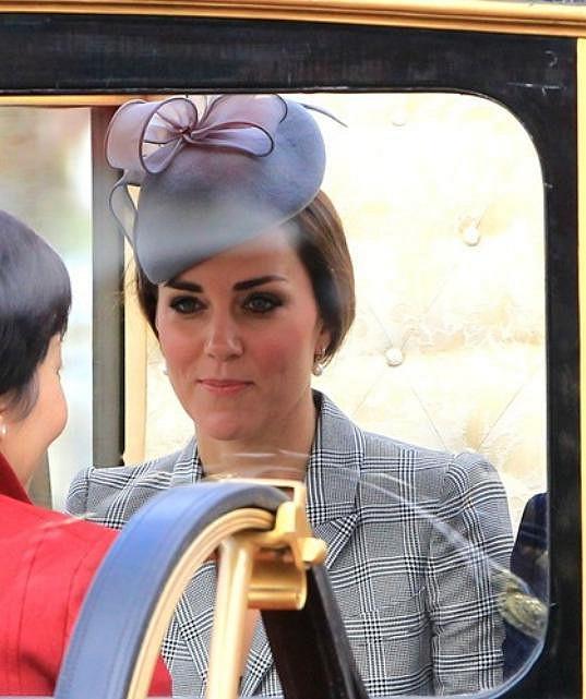 Kate v nezvyklém účesu s kloboučkem od Jane Taylor