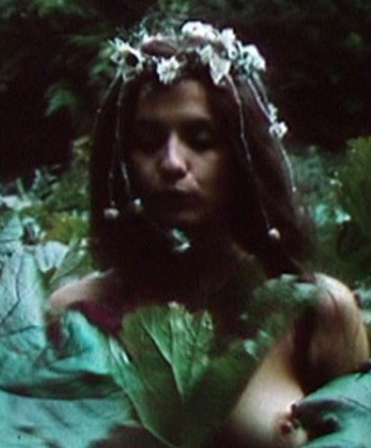 Herečka Veronika Freimanová se odhalila ve filmu Píseň o plané růži.