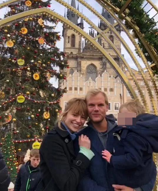 S dýdžejem Aviciim a svým synem navštívila v minulosti Prahu.