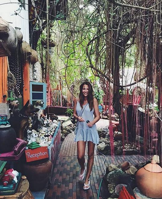 Užívala si na dovolené v exotice.