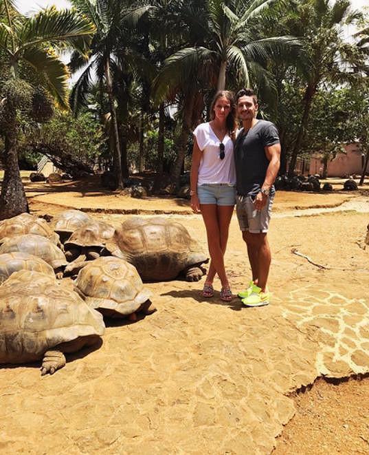S Karolínou Plíškovou si užívá na Mauriciu.