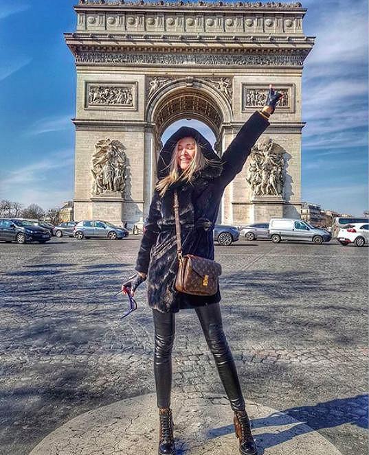 V Paříži navštívila známé památky včetně Vítězného oblouku.