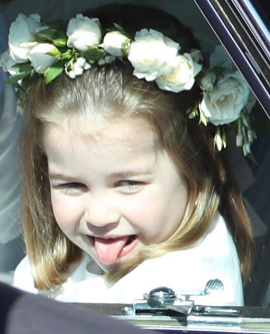 Princezna Charlotte proslula vyplazováním jazyku na fotografy. Na snímku na svatbě Harryho a Meghan