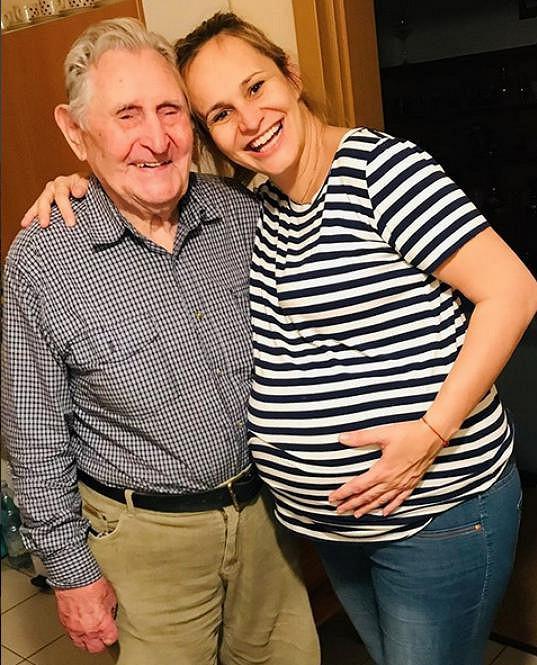 Monika Absolonová s dědou