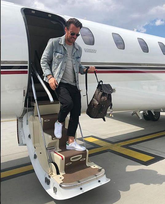 Leoš přistává v Praze.