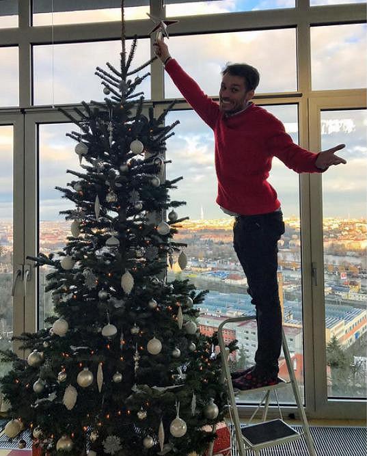 Leoš v pražském bytě zdobil vánoční stromeček.
