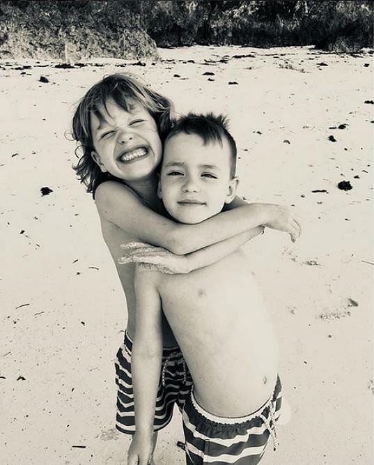 Na Zanzibaru chytá bronz společně s rodinou.