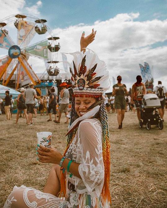 Indiánská čelenka Natálii ladila s krajkovými šaty.