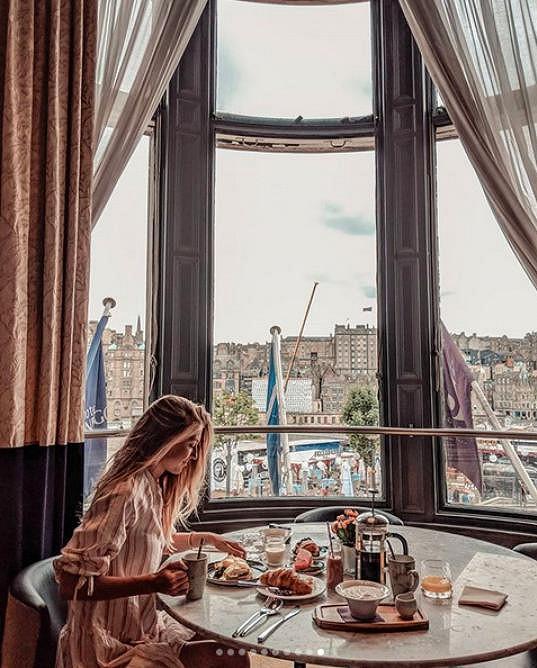 Dvojice pobývala v krásném hotelu v centru Edinburghu.
