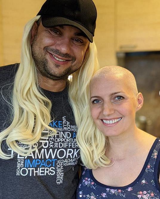 Aneta Parišková bojuje s rakovinou. Jakmile jí začaly padat vlasy, nechala se ostříhat.