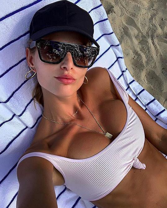 Miluje lenošení na pláži.