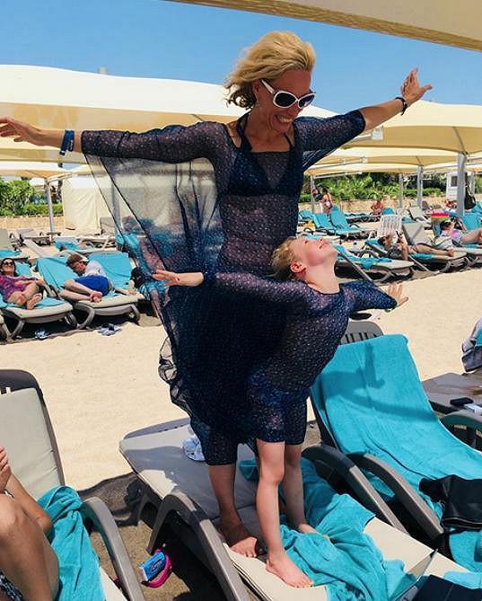Kristina vyrazila v létě s dcerou k moři.
