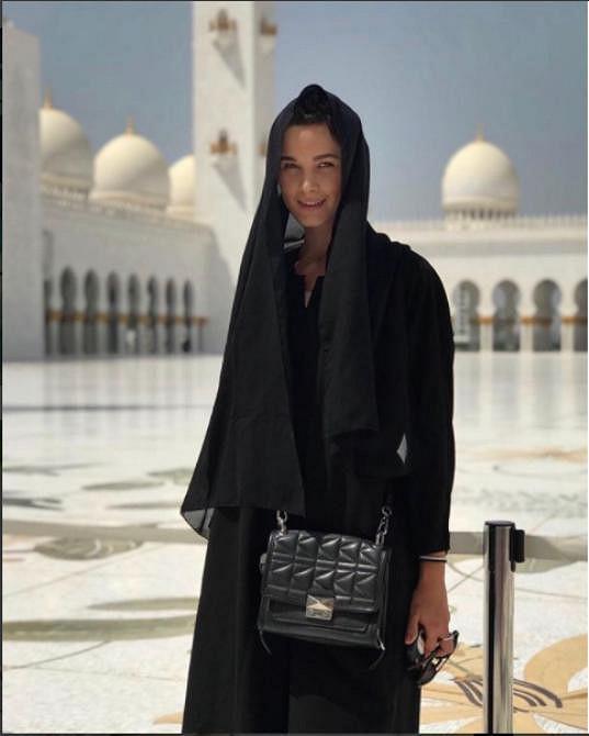 V tradičním ženském oděvu by místní rozhodně okouzlila.