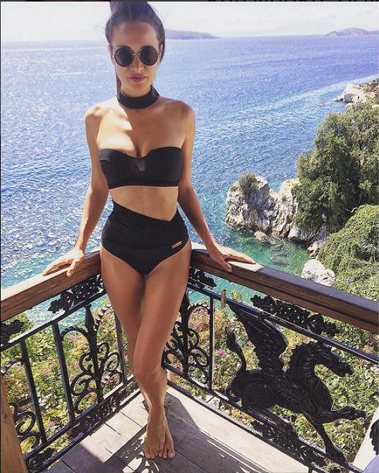 Karolína si do Řecka neopomněla vzít plavky z vlastní kolekce.
