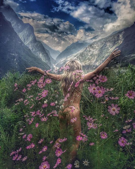 """Takto komentovala snímek z cest: """"Květiny porozumění. Je jen jedno náboŽENSTVÍ. PŘÍRODA."""""""