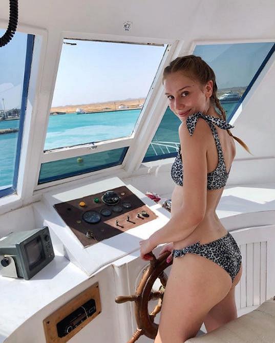 Na dovolené se ráda ukazovala zezadu v bikinách.