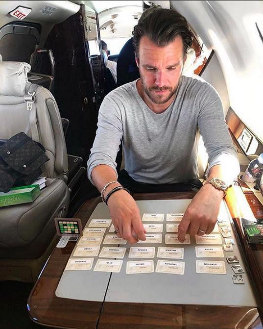 Takhle se baví během letu.