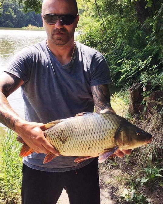 Tomáš Řepka je vášnivý rybář. Když byla Kateřina Kristelová na dovolené s dcerou, pochlubil se tímhle úlovkem.
