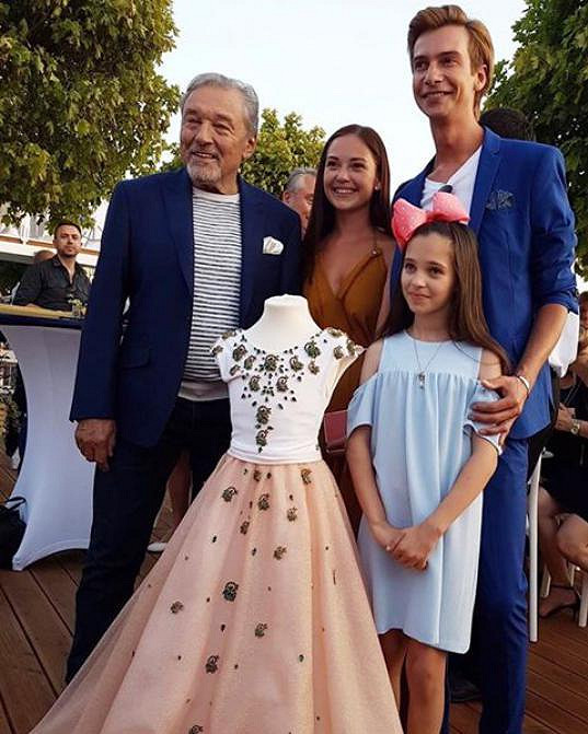Návrhářské duo Poner s Mistrem, jeho dcerou a vydraženými šaty