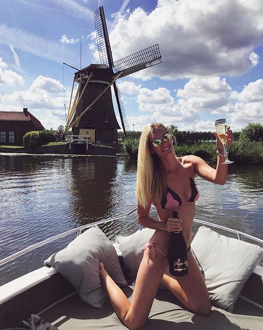 Takto si užívala během plavby na kanálech v Holandsku.