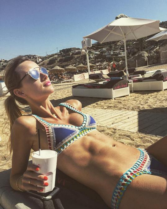 Ester Berdych Sátorová si užívá na dovolené.