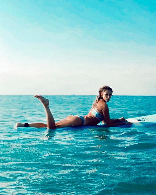 V exotice ráda a často surfuje.