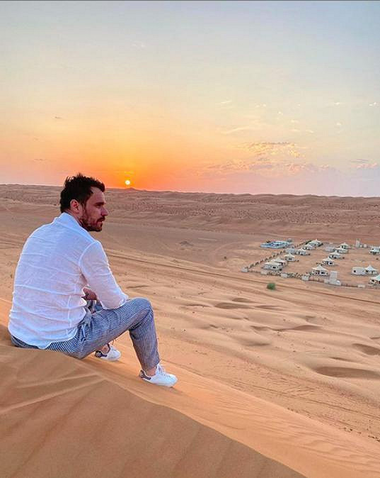 Dovolenou v Ománu se pochlubil na Instagramu i moderátor.