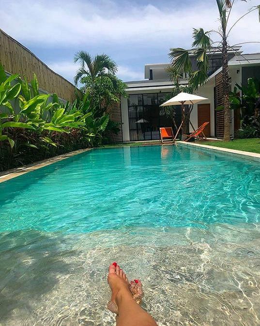 S partou se přesunuli ze severu ostrova Bali na jih, kde obývají krásnou vilu s bazénem.