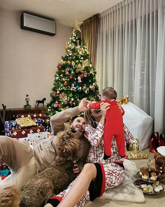 Jasmina Alagič a Rytmus si letos užili první Vánoce v rodičovských rolích.