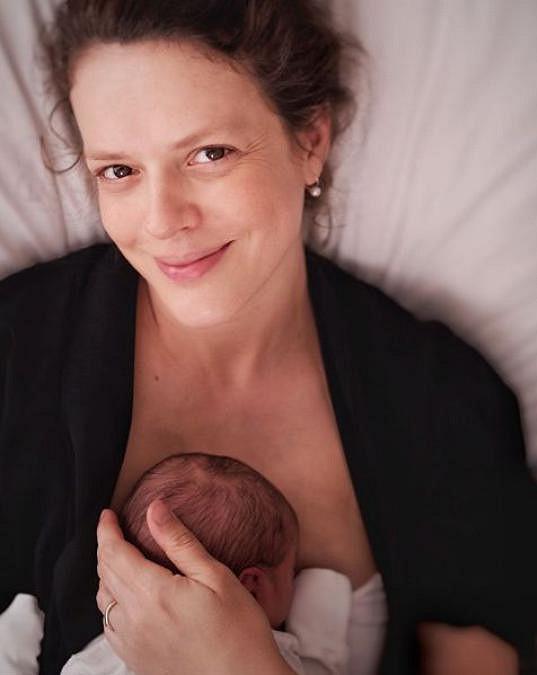 Na Instagramu se den po porodu pochlubila fotkou druhého syna.