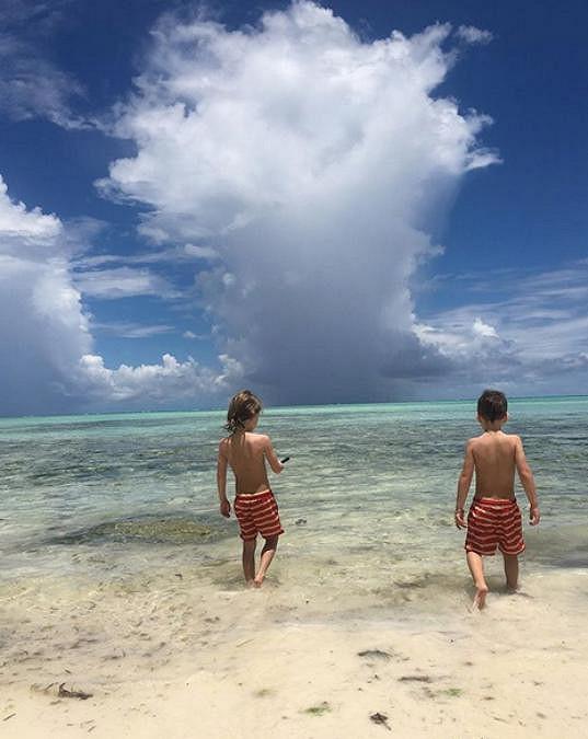 Děti se v moři koupají každý den.
