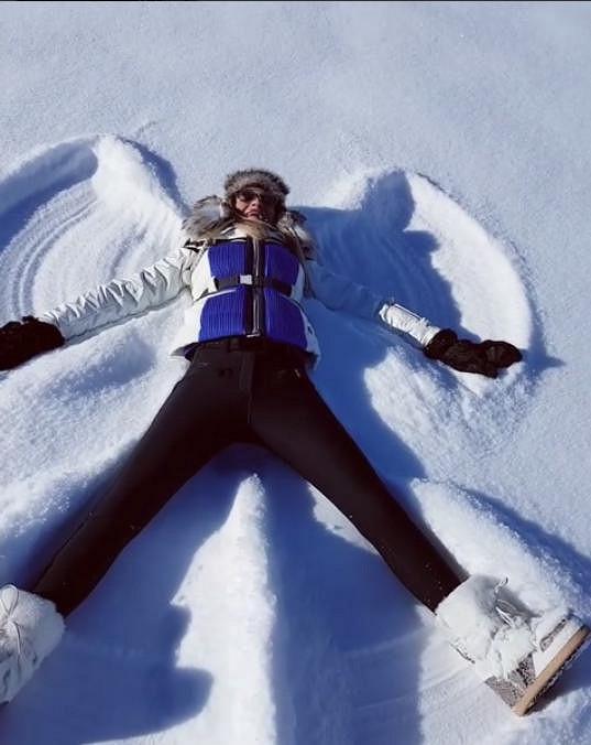 """Ve sněhu nejdřív dělala """"andělíčky"""" oblečená, pak si to vyzkoušela i v plavkách."""
