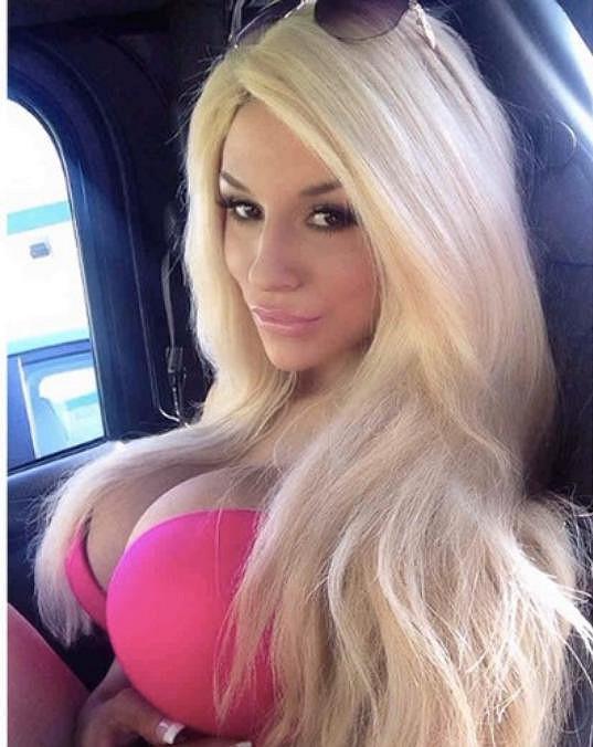 Obřím prsům vděčí za svou popularitu.