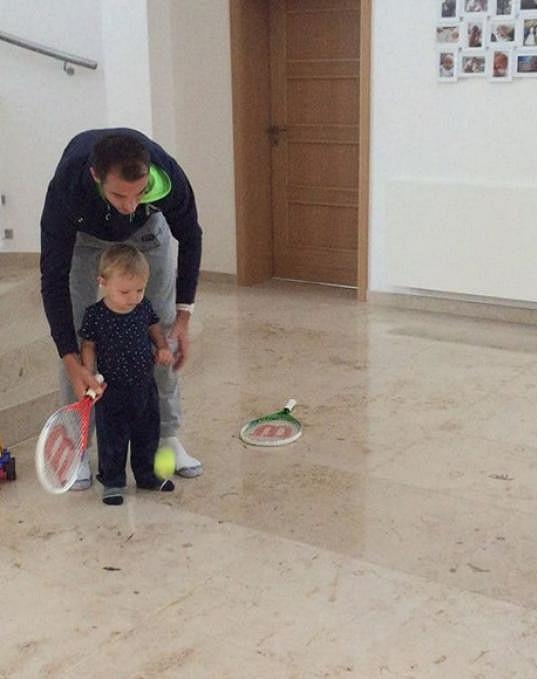 Lukáš Rosol trénuje se synem.