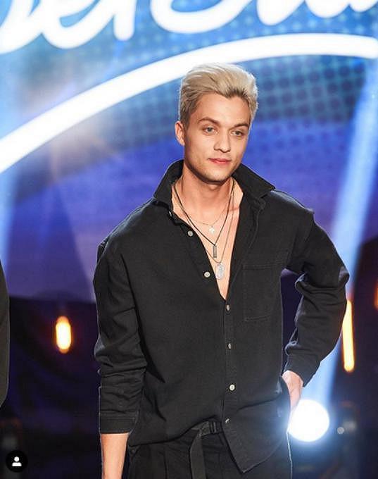 Loni měl ještě odbarvené vlasy. Takhle vypadal v SuperStar, kde se probojoval do semifinále.