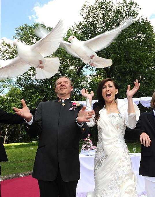 Nevěsta se bála holubic.